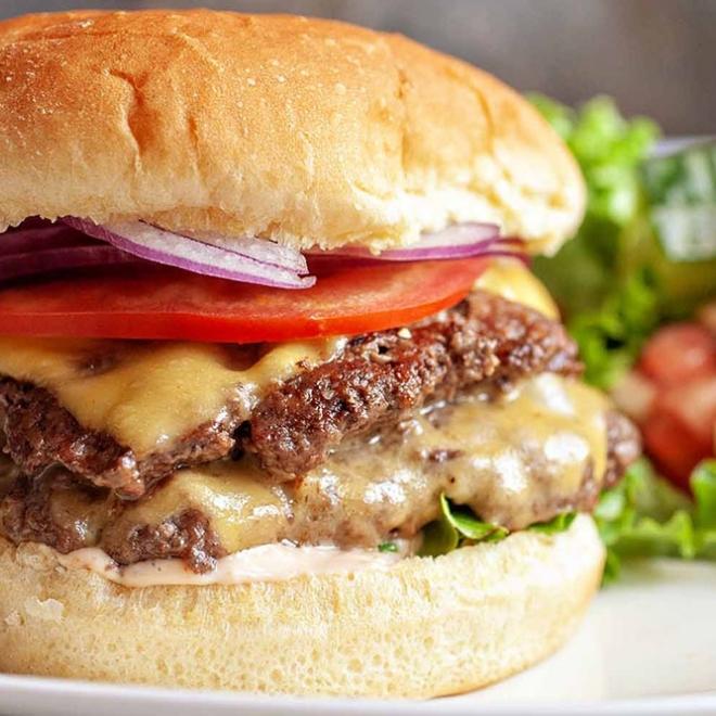 Cheesburger cu cartofi prajiti 300/150gr